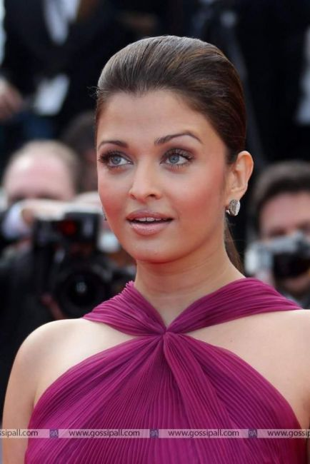 Aishwarya Rai Looking Hot In Purple Gown at Cannes Film Festival
