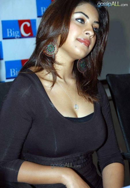 Richa Gangopadhyay In Tight Black Gown Flaunting Sweet Cleavage-2
