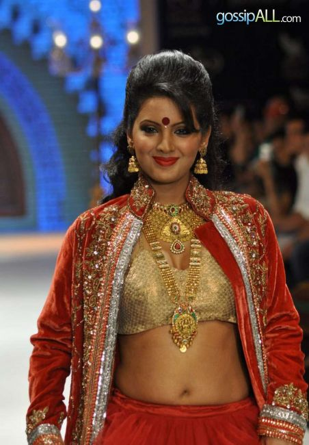 Pretty Geeta Basra Looking Hot In Red